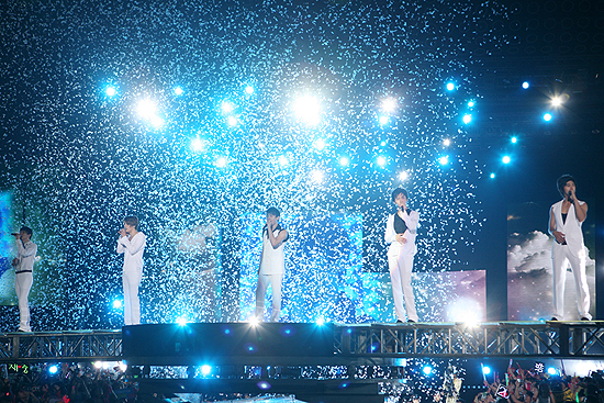 "TVXQ! performing ""인사"" in Shanghai. Photo: S.M. Entertainment."