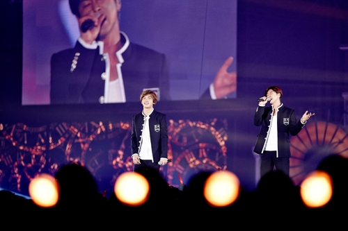 "TVXQ! performing ""Hug(포옹)"" in Seoul. Photo: S.M. Entertainment."