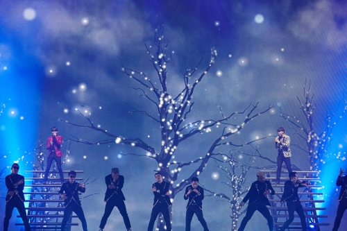 "TVXQ! performing ""Love Again"" in Seoul encore. Photo: S.M. Entertainment."