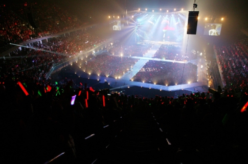 The crowd in TVXQ!'s Bangkok show. Photo: S.M. Entertainment.