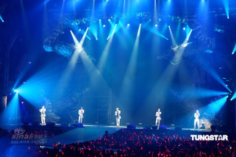 "TVXQ! performing ""One"" in Taipei. Photo: TungStar."